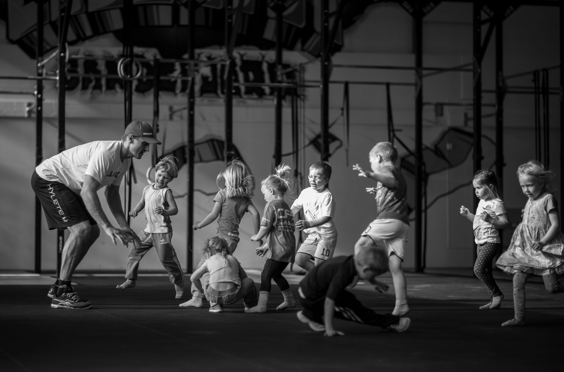 Crossfit Kids & Teens under treningsøkt. Barn leker.